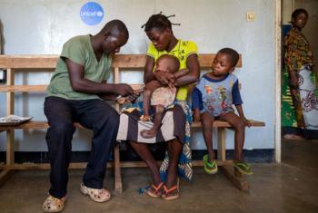 Num centro de saúde na República Democrática do Congo, criança é medicada contra a malária. Foto: Unicef
