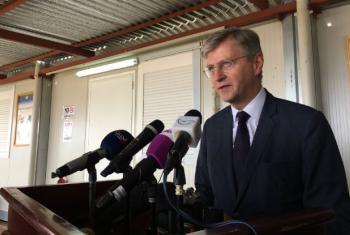 Jean-Pierre Lacroix fala com jornalistas no Sudão do Sul. Foto: ONU/Dan Dickinson