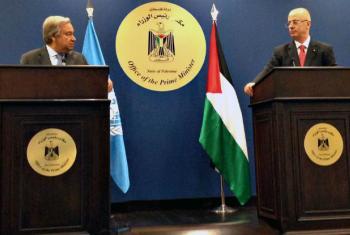 Secretário-geral da ONU, António Guterres, e o primeiro-ministro palestino Rami Hamdallah falam a jornalistas em Ramallah. Foto: ONU.