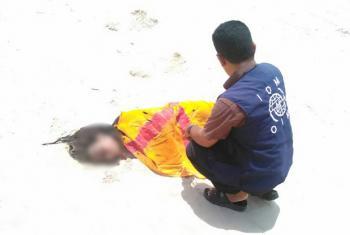 Funcionário da OIM cobre o corpo de migrante encontrado na praia. Foto: OIM 2017