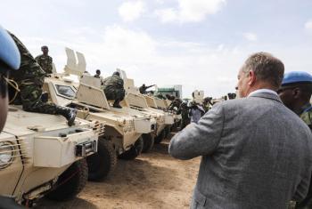 O chefe da Missão da ONU no Sudão do Sul, David Shearer, em Juba durante a chegadados primeiros soldados da Força de Proteção Regional, FPR, ao país africano. Foto: ONU/Isaac Billy