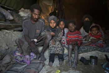 Uma família em sua tenda no assentamento para deslocados internos em Khamir, no Iêmen. O pai, Ayoub Ali, tem 25 anos e quatro filhos com sua mulher Juma'a.