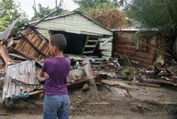 Menino observa estragos do Furacão em Nágua, República Dominicana. Foto: Unicef.