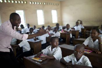 Professor leciona em uma sala de aula na República Democrática do Congo. Foto: Banco Mundial/Dominic Chavez