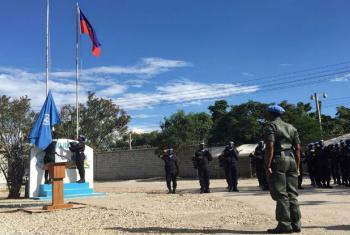 Levantar da bandeira no primeiro dia da missão. Foto: Logan Abassi/Minujusth