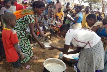 No centro Nchelenge, em Chiengi, nno norte da Zâmbia, refugiados congoleses recebem uma refeição. Foto: Acnur/Pumla Rulashe
