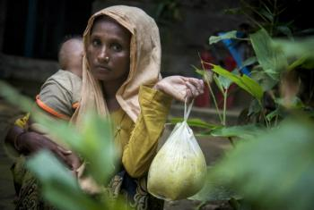 Mulher em Cox's Bazar, no Bangladesh, recebe ajuda alimentar da ONU e dos parceiros depois de fugir do Mianmar. Foto: PMA/Saikat Mojumder