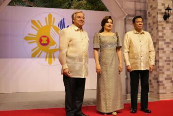 António Guterres com a primeira dama, Honeylet Avancena, e o presidente das Filipinas, Rodrigo Duterte. Foto: ONU/Maria T. Debuque