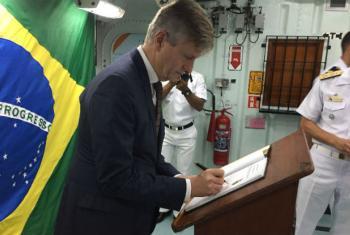 Jean-Pierre Lacroix visita fragata que levará militares brasileiros ao Líbano. Foto: ONU Brasil