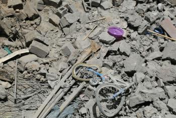 Uma bicicleta em meio aos destroços de uma casa na capital do Iêmen, Sanaa. Foto: Ocha/Charlotte Cans