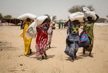 Mulheres no Lago Chade recebem ajuda alimentar do PMA. Foto: PMA/Marco Frattini