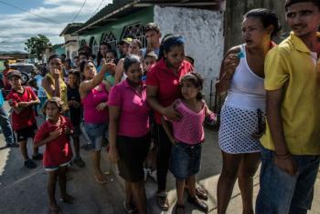 Venezuelanos esperam para comprar pão. Foto: Meridith Kohut/IRIN