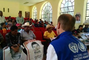 Representante no México do Alto Comissário da ONU para Direitos Humanos, Jan Jarab, em encontro, no ano passado, com familiares de 43 estudantes desaparecidos. Foto: ONU-DH México.