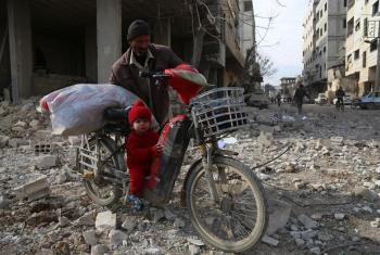 Criança de 18 meses em Ghouta Oriental com avô. Foto Unicef, Amer Almohibany, 2018