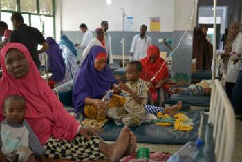 Crianças desnutridas em hospital em Mogadíscio. Foto: ONU/Tobin Jones