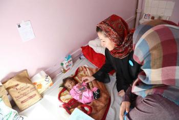 Representante do Unicef no Iêmen, Meritxell Relaño, com menino desnutrido em hospital em Sana. Foto: Unicef