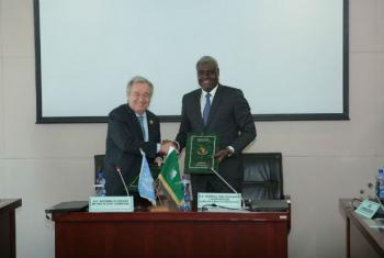 Em Adis Abeba, Etiópia, António Guterres e o presidente da Comissão da União Africana, Moussa Faki, assinam acordo de cooperação. Foto: ONU/Antonio Fiorente