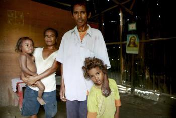 João Madeira, que sofre de hanseníase, com sua família no Timor-Leste. Foto: ONU/Martine Perret