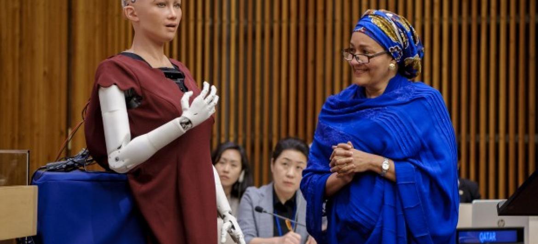 Робот София отвечает на вопросы Амины Мохаммед. Фото из архива ООН