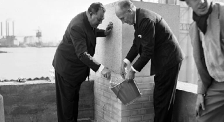 Глава ООН Трюгве Ли и архитектор Уоллес К. Гаррисон в момент заложения первого камня в фундамент комплекса зданий ООН в Нью-Йорке.