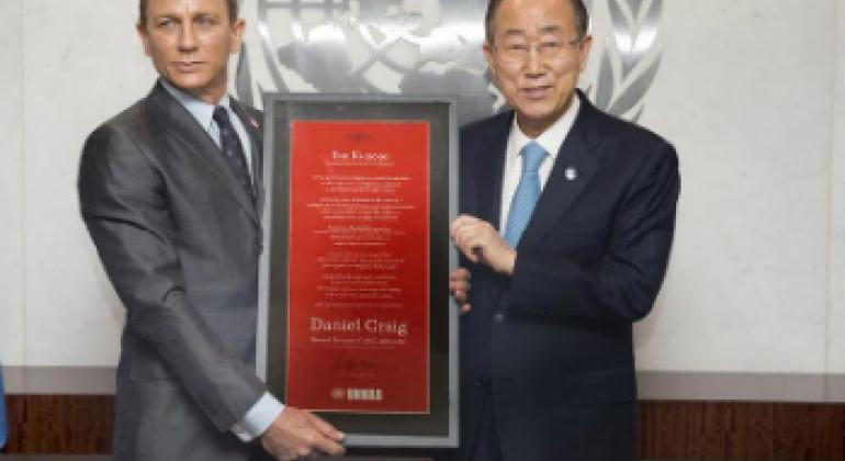 Дэниел Крэйг и Пан Ги Мун. Фото ООН