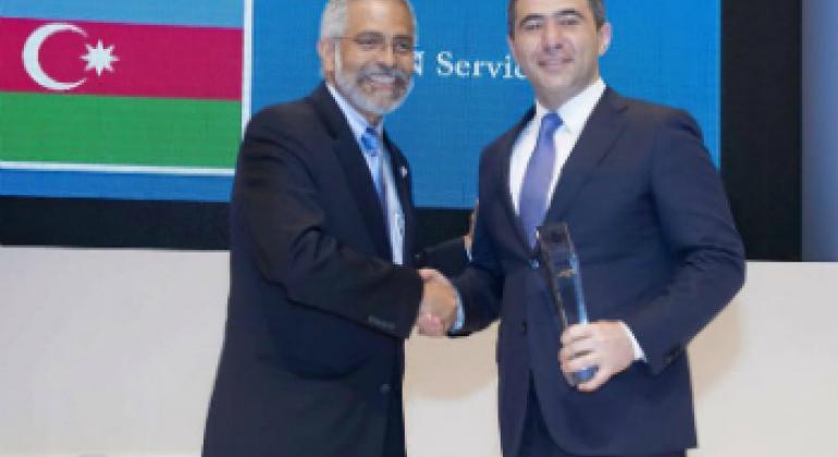 Представитель Азербайджана (справа) получает премию ООН. Фото ASAN xidmet