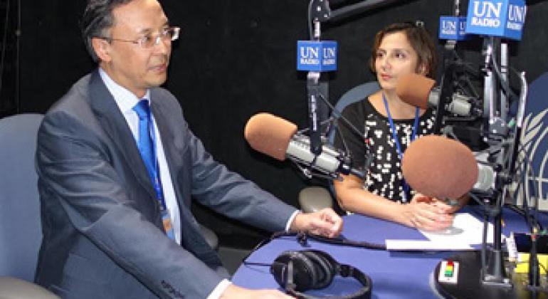 Посол Кайрат Абдрахманов и Наргис Шекинская в студии Радио ООН.