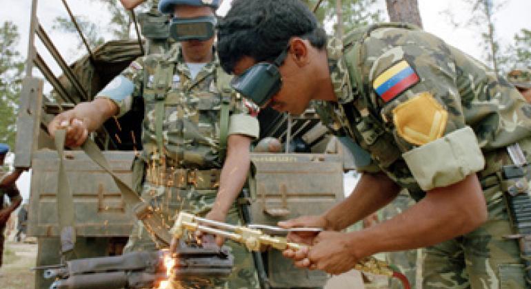 Уничтожение использованного в вооруженном конфликте в Никарагуа стрелкового оружия в конце 1980-х. Фото ООН