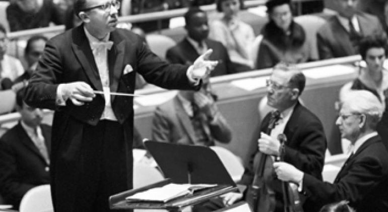 Ленинградский симфонический оркестр, дирижер Геннадий Рождественский, первая скрипка Давид Ойстрах - выступает на концерте в честь Дня ООН в 1962 г. Фото ООН