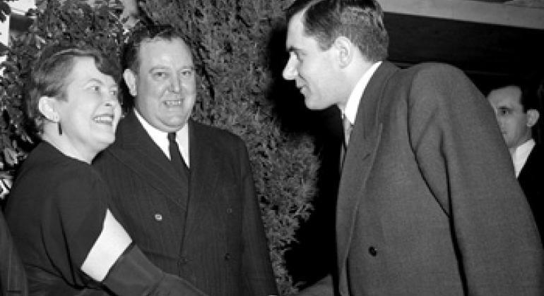 Генеральный секретарь ООН Трюгве Ли (в центре) приветствует гостей на приеме в Нью-Йорке в 1946 г. Супруга генсека обменивается рукопожатием с Постоянным представителем СССР Андреем Громыко. Фото ООН