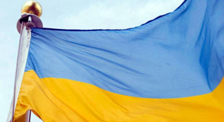 Украинский флаг перед штаб-квартирой ООН в Нью-Йорке. Фото ООН
