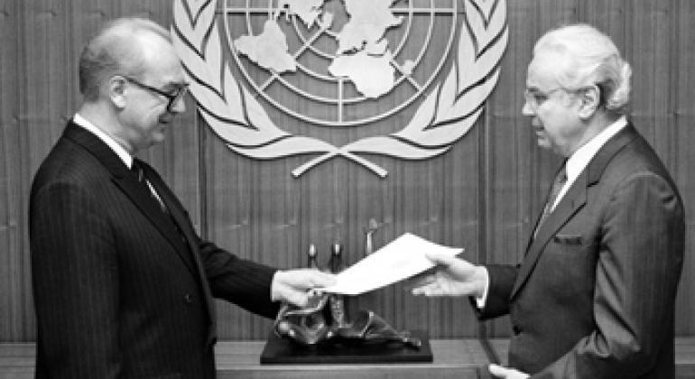 Посол Юлий Воронцов и Генеральный секретарь ООН Хавьер Перес де Куэльяр. Фото ООН