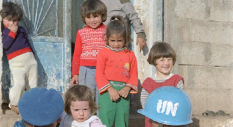 Ливанские дети и миротворцы ООН. Фото ООН