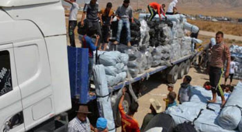 Раздача гуманитарной помощи иракским беженцам. Фото УВКБ