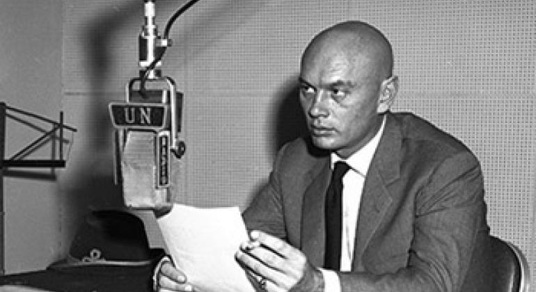 Юл Бриннер на радио ООН 1959 г. Фото ООН