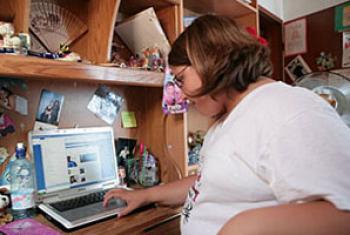 Малоподвижный образ жизни приводит к ожирению среди детей.