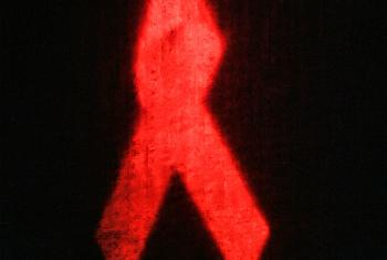 Красная ленточка - символ борьбы со СПИДом. Фото ООН