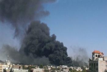 Дым поднимается над столицей Йемена Сана после серии авиаударов. Фото Альмигдад Мойалли/ИРИН