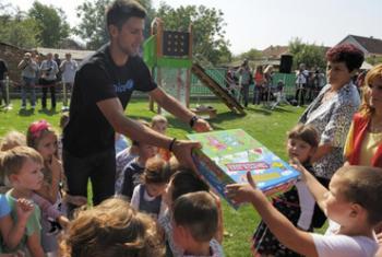 Новак Джокович с детьми в Сербии. Фото ЮНИСЕФ