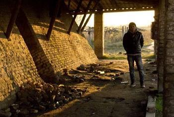 Молодой афганец дожидается ночи в заброшенной кирпичной фабрике недалеко от сербско-венгерской границы. Фото УВКБ