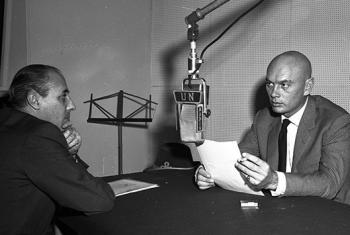 Бинг Кросби и Юл Бриннер в студии Радио ООН во время записи передачи о беженцах, январь 1959 г. Фото ООН