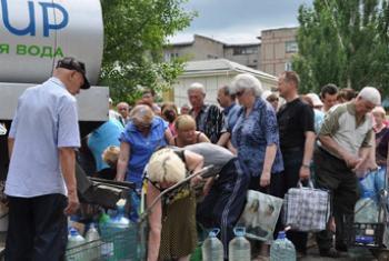 Жители Луганска в очереди за питьевой водой. Фото ЮНИСЕФ