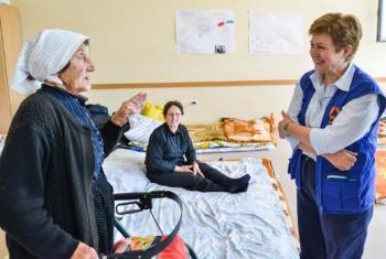 Кристалина Георгиева (справа) встречается с пострадавшими от наводнений женщинами в Боснии и Герцеговине в 2014 г. Фото Европейской комиссии.