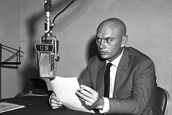 Юл Бриннер на радио ООН, 1959 г. Фото ООН