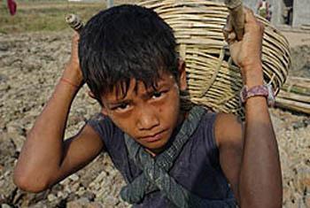 Миллионам детей во всем мире приходится выполнять непосильную работу.