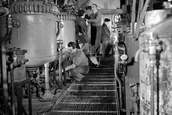 Наладка производства антибиотиков в Югославии, 1953 г. Фото: архив ООН
