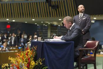Владимир Макей подписывает Парижское соглашение в ООН, апрель 2016 г. Фото ООН