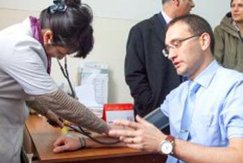 Проверка артериального давления – важный элемент профилактики заболеваний. Фото ВОЗ
