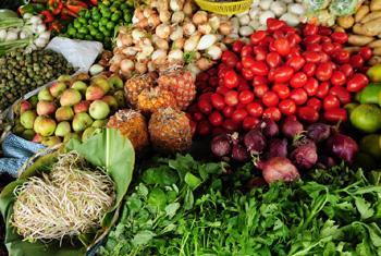 Овощи и фрукты - основа здорового питания. Фото Всемирного банка