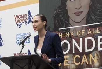 Галь Гадот представляет свою героиню «Чудо-женщину» в ООН. Фото ООН